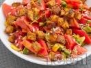 Рецепта Салата с домати, авокадо и крутони